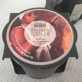 """HOUSE OF GLAM ® """"Tobacco & Vanilla"""" – Zapachowa świeca na bazie wosku pszczelego i sojowego w eleganckim pojemniku z czarnego szkła."""